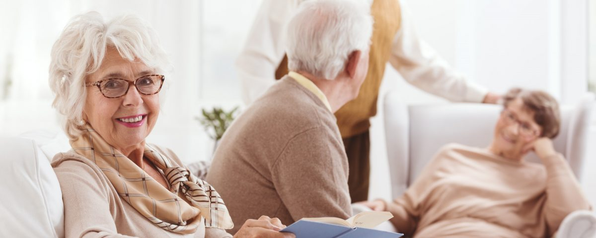 Foto di persone anziane serene nella propria casa